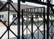 'Arbeit macht frei' znak, Dachau koncentracyjny obóz i pamiątkowy miejsce, Obrazy Stock