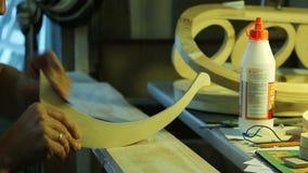 Arbeit mit einer Sperrholzschablone stock video