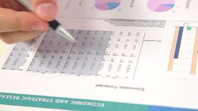 Arbeit mit Finanzbericht über Tabelle stock video
