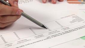 Arbeit mit Finanzbericht über Tabelle stock video footage