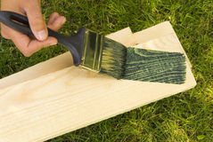 Arbeit mit Pinsel, malendes Holz. Stockbilder