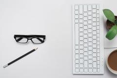 Arbeit mit Tastaturen und Tasse Kaffees stockfotos