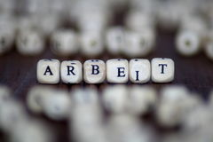 ARBEIT słowo z blokami akcydensowy biznesowy przywódctwo kostka do gry pojęcie zdjęcie royalty free
