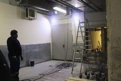 Arbeit von industriellem sauberem des Abwassers, plombierend im Gebäude Zwei Männer, spezielles Fahrzeug, Stehleiterleiter lizenzfreies stockbild