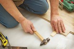 Arbeiten über das Legen von lamellenförmig angeordneten Platten Lizenzfreie Stockbilder