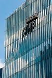 Arbeiten außerhalb des modernen Gebäudes lizenzfreies stockfoto