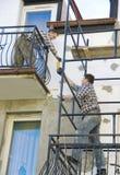 Arbeiten an Baugerüst Lizenzfreie Stockbilder