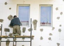 Arbeiten an Baugerüst Lizenzfreie Stockfotos