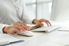 Arbeiten an Computer Lizenzfreies Stockfoto
