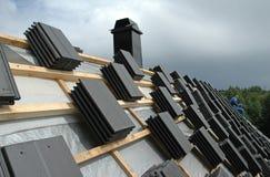Arbeiten an dem Dach Lizenzfreies Stockbild