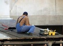 Arbeiten an dem Dach Stockbilder