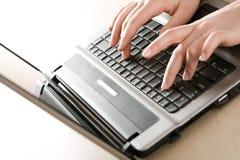 Arbeiten an dem Laptop stockbilder