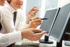 Arbeiten an den Computern Lizenzfreies Stockfoto