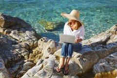 Arbeiten durch das Meer lizenzfreie stockfotos