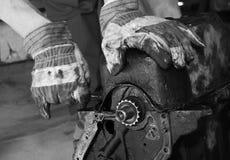 Arbeiten an einem Automotor lizenzfreie stockfotografie