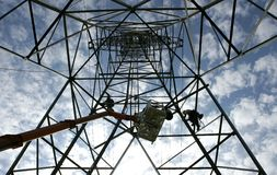 Arbeiten in einem Elektrizitätsmast Stockfoto