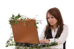 Arbeiten an einem grünen Laptop Stockbild