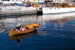 Arbeiten an einem klassischen hölzernen Boot Stockbilder