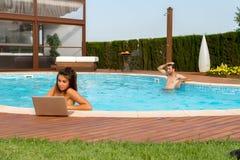 Arbeiten in einem Pool Stockfoto
