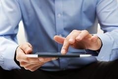 Arbeiten an einer digitalen Tablette Stockfoto
