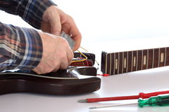 Arbeiten an einer E-Gitarre Lizenzfreie Stockfotografie