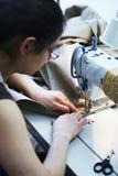Arbeiten in einer Werkstatt Stockfotografie