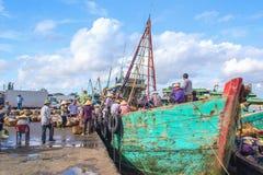 Arbeiten an Fischereihafen Stockfotografie