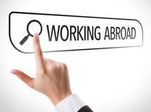 Arbeiten im Ausland geschrieben in Suchstange auf virtuellen Schirm Lizenzfreies Stockbild