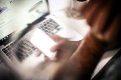 Arbeiten im Büro stockfotografie