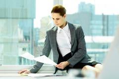 Arbeiten im Büro Lizenzfreies Stockbild
