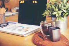 Arbeiten im Büro mit dem Zeigen von Handmarktbericht-Diagrammen Lizenzfreies Stockbild