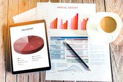 Arbeiten im Büro mit dem Zeigen von Handmarktbericht-Diagrammen Marketi Stockfotografie
