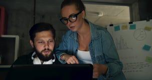 Arbeiten im Büro nachts stock video