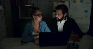 Arbeiten im Büro nachts stock video footage
