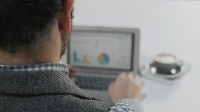 Arbeiten im Büro oder in coworking Raum stock footage