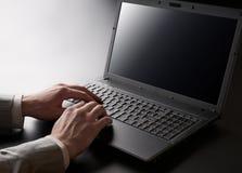 Arbeiten an Laptop Lizenzfreie Stockbilder