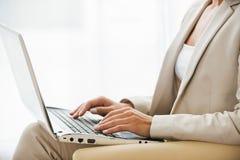 Arbeiten an Laptop Lizenzfreies Stockfoto