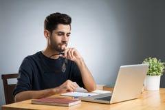 Arbeiten an Laptop lizenzfreies stockbild