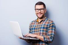 Arbeiten an Laptop Lizenzfreie Stockfotografie