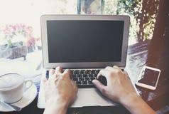 Arbeiten an Laptop Stockbild