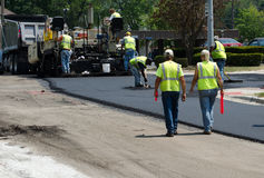 Straßenbau und Arbeitskräfte Lizenzfreie Stockfotos