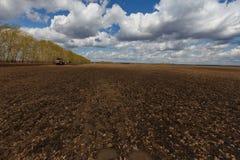 Arbeiten, Mähdrescher auf dem Gebiet des Weizens erntend Lizenzfreie Stockfotografie