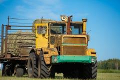 Arbeiten, Mähdrescher auf dem Gebiet des Weizens erntend Stockfotos
