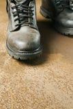 Arbeiten-Matten auf rostigem Fußboden Lizenzfreie Stockbilder