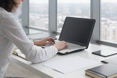 Arbeiten mit der Laptopfrau, die ein Blog schreibt Weibliche Hände auf der Tastatur Stockfotos