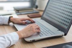 Arbeiten mit der Laptopfrau, die ein Blog schreibt Weibliche Hände auf der Tastatur Lizenzfreie Stockfotografie