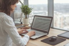 Arbeiten mit der Laptopfrau, die ein Blog schreibt Weibliche Hände auf der Tastatur Stockbilder