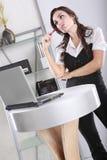 Arbeiten mit einem Laptop Lizenzfreies Stockfoto