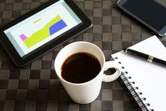Arbeiten mit einem Tasse Kaffee Lizenzfreies Stockfoto