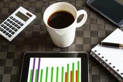 Arbeiten mit einem Tasse Kaffee Lizenzfreie Stockbilder